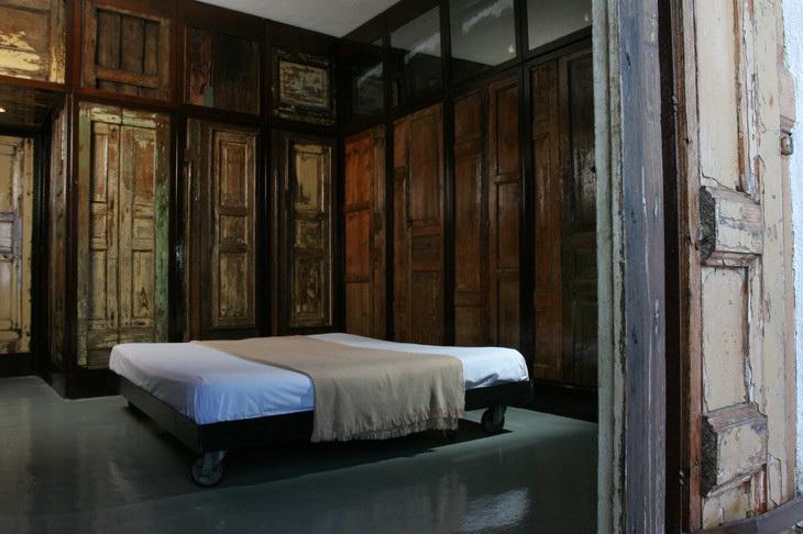 Комната из дерева в отеле