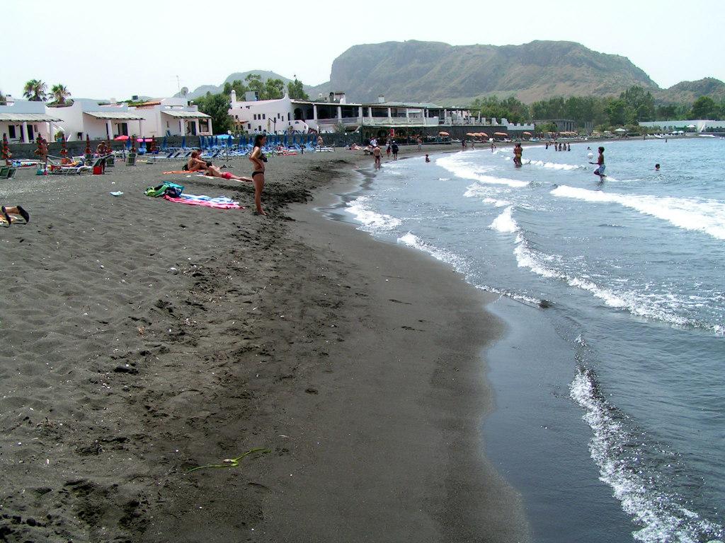 Черный пляж Сицилии на острове Вулкано
