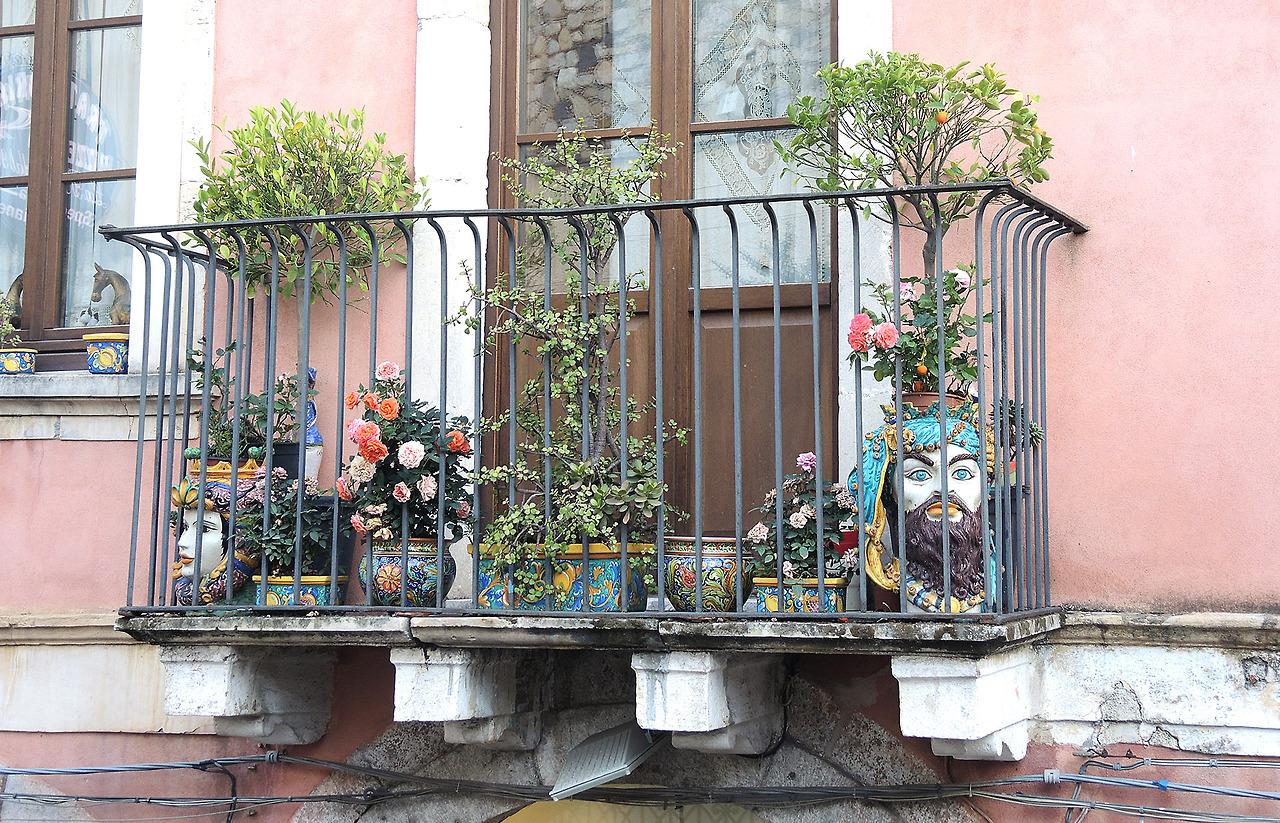 Ваза в виде головы на балконе