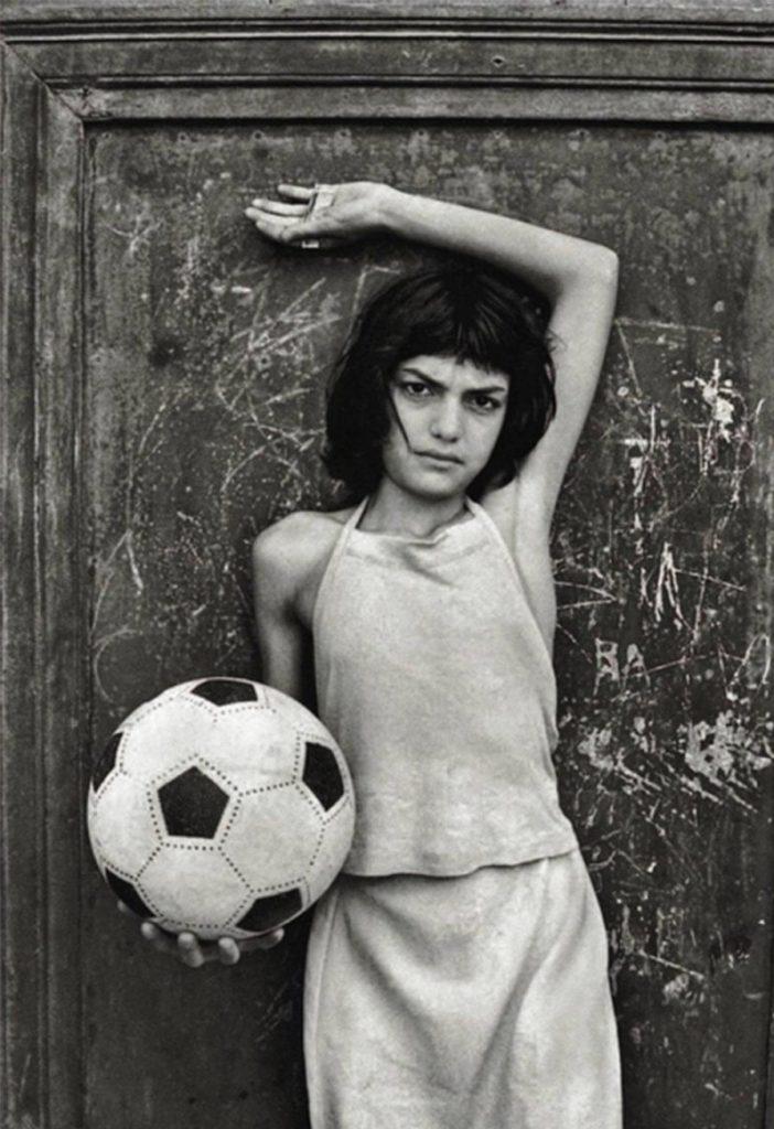 Летиция Батталья, девочка с мячем