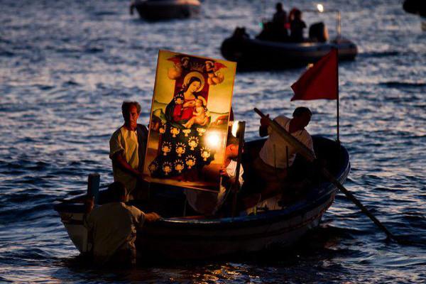 Лодка с картиной Мадонны